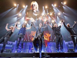 le groupe judas priest sur scene pendant un concert de metal hard rock